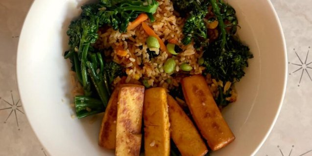 Baked-Tofu-Sriracha-Trader-Joes-stir-fry-vegetables-broccoli-637x320-1492804901